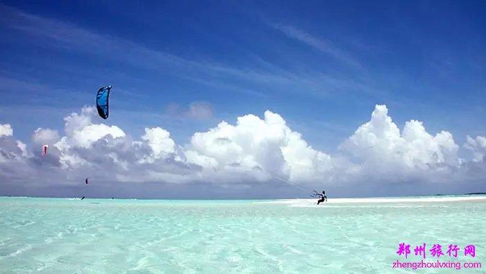 """宁静、优雅、甜蜜的双鱼岛是所有恋人的天堂,看着成群结对的鱼儿诉说彼此的依恋,漫步在洁白的沙滩上,手挽手走向沙滩尽头与海天融为一体,在这一刻你们的爱情在这里变为永恒。这就是你期盼的蓝色梦想,这就是马尔代夫最安静、私密的双鱼岛。Olhuveli Beach & Spa Resort是2001年,2002年及2003年的""""最佳海滨奖""""得主,拥有长达2公里的洁白美丽的海滩,设施现代舒适。"""
